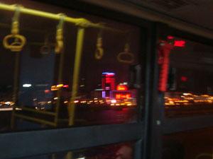 バスの車窓からマカオ半島の夜景を眺める