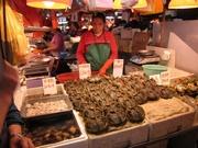大きな上海蟹など海鮮を中心に生鮮食品がそろう